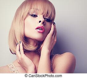 rubio, pelo corto, estilo, mujer, con, rosa, lápiz labial, posing., toned, primer plano, retrato