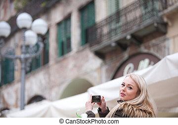 rubio, turista, tomar fotografías, en la ciudad