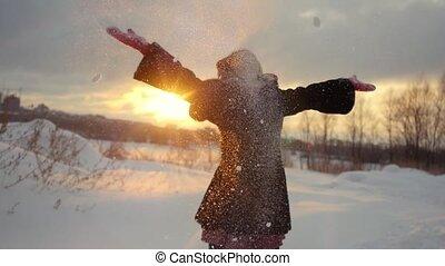 ruch, śnieżny, szczęśliwy, outdoors, wyrzucanie, radosny, sunset., posiadanie, natura, zima, powolny, zabawa, kobieta, podczas, śnieg, młody