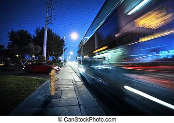 ruch, pędzenie, autobus, zamazany