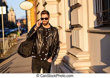 rue, ensoleillé, jeune homme