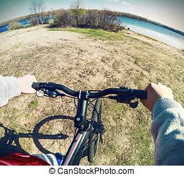 rueda, primer plano, mano,  Biker, tenencia, entrepuente