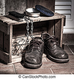 Rugged shoes in wooden box with cleaning set and chain, ...