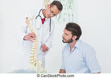 ruggegraat, het verklaren, mannelijke , patiënt, arts