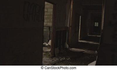 ruina, zgrzybiały, korytarz, przejmująco wilgotny, lurch