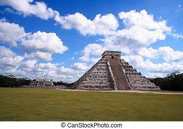 ruins of chichen itza / Mexico
