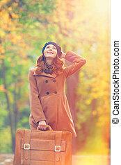 ruivo, menina, com, mala, em, outono, ao ar livre