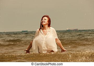 ruivo, mulher, tocando, em, água, durante, verão