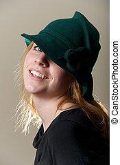 ruivo, verde, cabeça inclinada, chapéu