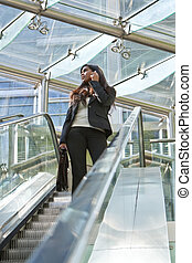rulltrappa, affärskvinna, ung, mobiltelefon, indisk, asiat