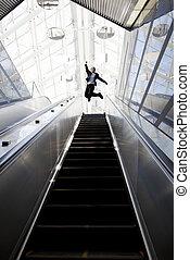 rulltrappa, affärsman, byggnad, lycklig, nymodig