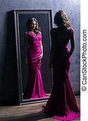 rum, påklädning, ung, länge, aktris, underbar, främre del, spegel., klänning, förberedande