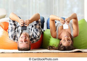 rumskamrater, direkt, med, smart, telefoner, upp och ned