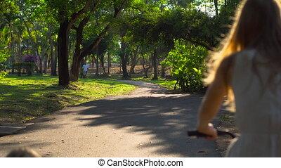 runbike, mały, syn, młody, rower, tropikalny, jeżdżenie, jej, kobieta, steadycam, strzał, park