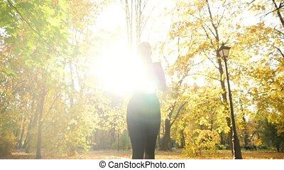 runnin, girl, jeune, beau, doré, point, parc, bas, feuilles...
