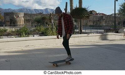 ruses, skateboarder, exécuter, jeune, peu, mâle