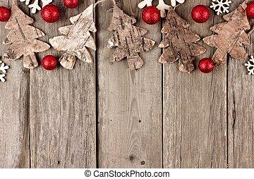 rustiek, kerstmis, bovenzijde, grens, met, hout, versieringen, en, rood, baubles, op, een, oud, hout, achtergrond