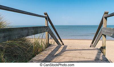 ruta de madera, a, el, mar báltico, encima, dunas, con, vista oceánica, ocaso, día de verano