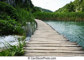 ruta de madera, y, cascada, en, plitvice, parque nacional, croacia