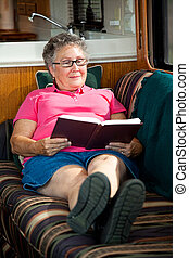 rv, vrouw, senior, lezende