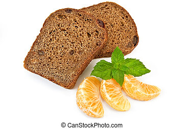 Rye bread with raisins and tangerines