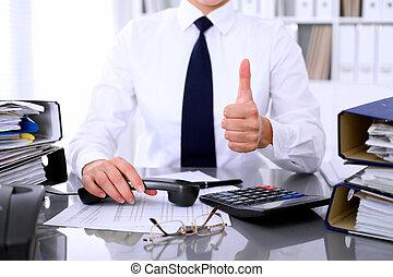 rykke sammen, i, kvinde branche, viser, godkend tegn, mens, indgåelse, rapport, beregnende, eller, checking, balance.