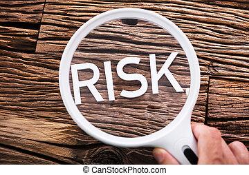 ryzyko, tekst, przez, szkło powiększające
