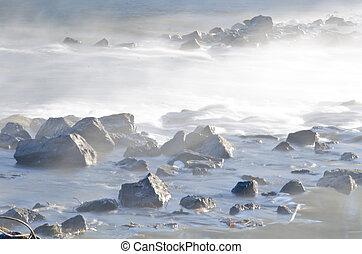 rzeka, trzęsie się, w, przedimek określony przed rzeczownikami, wcześnie rano, mgła