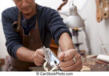 rzemieślnik, lutemaker, pracujący, niejaki, skrzypce, w, jego, warsztat