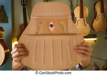 rzemieślnik, lutnia, producent, dłutując, gitara, kontrolowanie, otwory, w, akustyczny, wypadek
