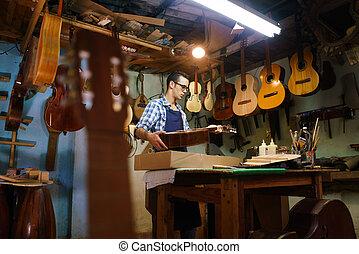 rzemieślnik, lutnia, producent, opowiadanie, gitara, muzykować instrument, w, wypadek, dla, klient