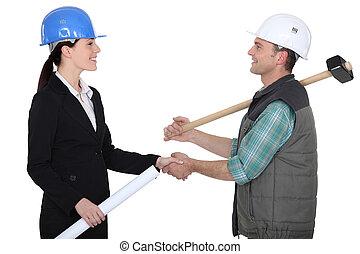 rzemieślnik, potrząsanie, na, engineer's, ręka