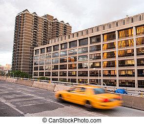 sárga taxizik, gyorshajtás, feláll, alatt, új york város