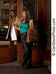 säcke, frau- einkaufen, sie, schauen, schwarzer mann