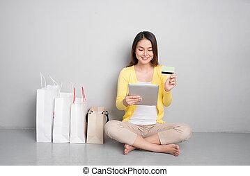 säcke, frau- einkaufen, sitzen, junger, asiatisch, besides, online, daheim, reihe