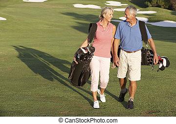 säcke, gehen, golfen, paar, kurs, tragen, entlang, älter