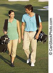 säcke, gehen, golfen, paar, kurs, tragen, entlang