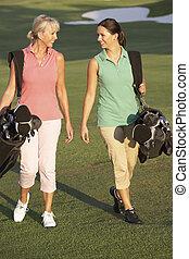säcke, gehen, golfen, zwei, kurs, tragen, entlang, frauen