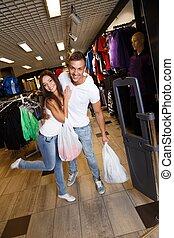 säcke, shoppen, paar, junger, kaufmannsladen, sportkleidung, glücklich