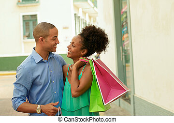 säcke, shoppen, stadt, paar, amerikanische , tragen, afrikanisch, panama