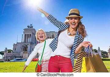 säcke, shoppen, zeit, touristen, mutter, spaß, töchterchen, haben