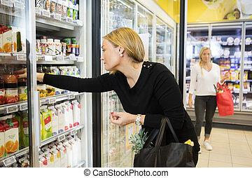 säfte, lebensmittelgeschäft, frau, kaufmannsladen, wählen