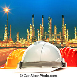 säkerhet hjälm, mot, vacker, belysning, av, oljeraffinaderi,...