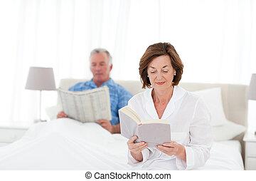 säng, par, tillsammans, läsning