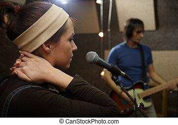 sänger, m�dchen, gleichfalls, singing., elektro, gitarre spieler, in, fokus