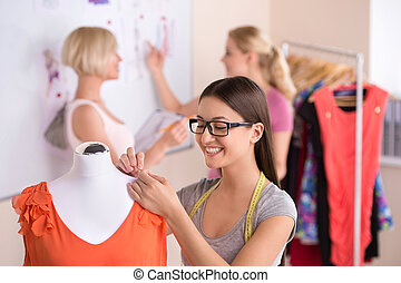 sätt designer, hos, work., tre, vacker, unga kvinnor, in, glasögon, arbete, in, sätt formge, studio
