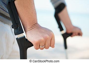 såradt, man, försökande, till promenera, på, kryckor