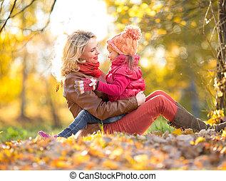 séance, étreindre, automne, park., ensemble, mère, gosse