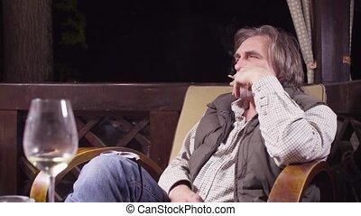 séance, chaise, fumer, boire, personne âgée homme, vin