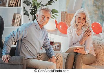 séance, chaises, couple, confortable, regarder, appareil photo, personne agee